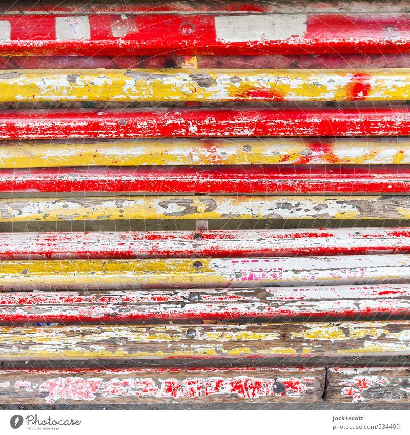 Schicht um Schicht einer Holzbank alt authentisch retro gelb rot Verfall Vergänglichkeit Wandel & Veränderung Holzbrett Lack Zahn der Zeit verwittert mehrfarbig