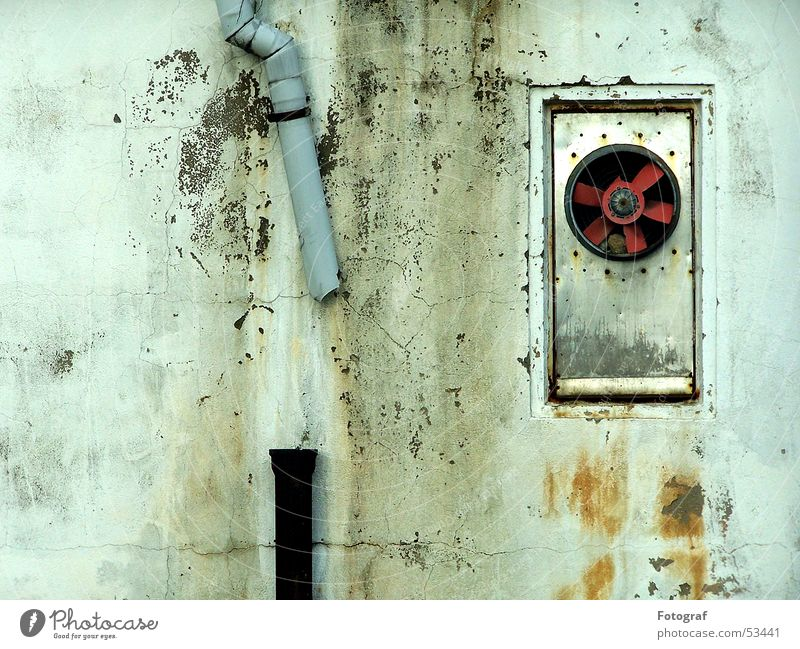 Dysfunktional. Wasser grün rot schwarz Wand grau Regen Luft Metall dreckig Hintergrundbild Wind kaputt Klima Statue Röhren