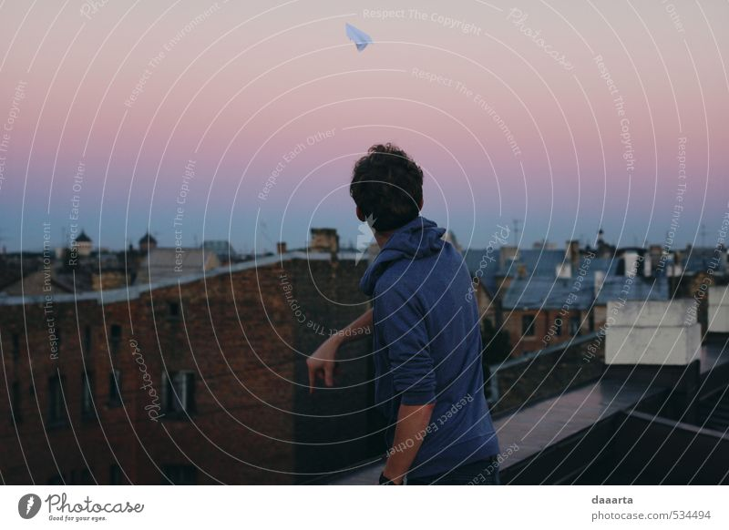Papierflugzeuge Freude Freizeit & Hobby Papierflieger Abenteuer Freiheit Sommer Sommernacht Veranstaltung maskulin Junger Mann Jugendliche Erwachsene 1 Mensch