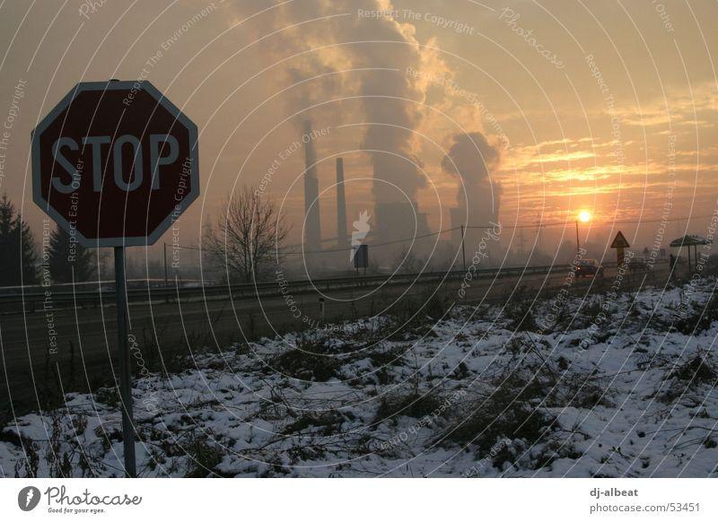 Tuzla Sunset weiß Sonne rot Wolken gelb Straße dunkel Schnee Wiese grau Traurigkeit Landschaft orange Angst dreckig Schilder & Markierungen