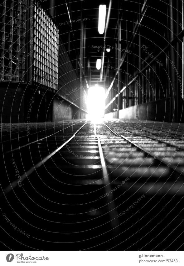 Gallerie Musical Kunst dunkel schwarz Gitter Steg Licht unheimlich gruselig kalt Physik Neonlicht Stahl Aluminium Lagerhalle Bühne Eisenbahn Beginn