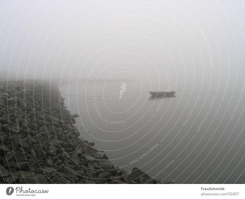 grauer Nebeltag Wasserfahrzeug Trauer schlechtes Wetter Elbe Fluss Traurigkeit Einsamkeit Stein Küste ruhig