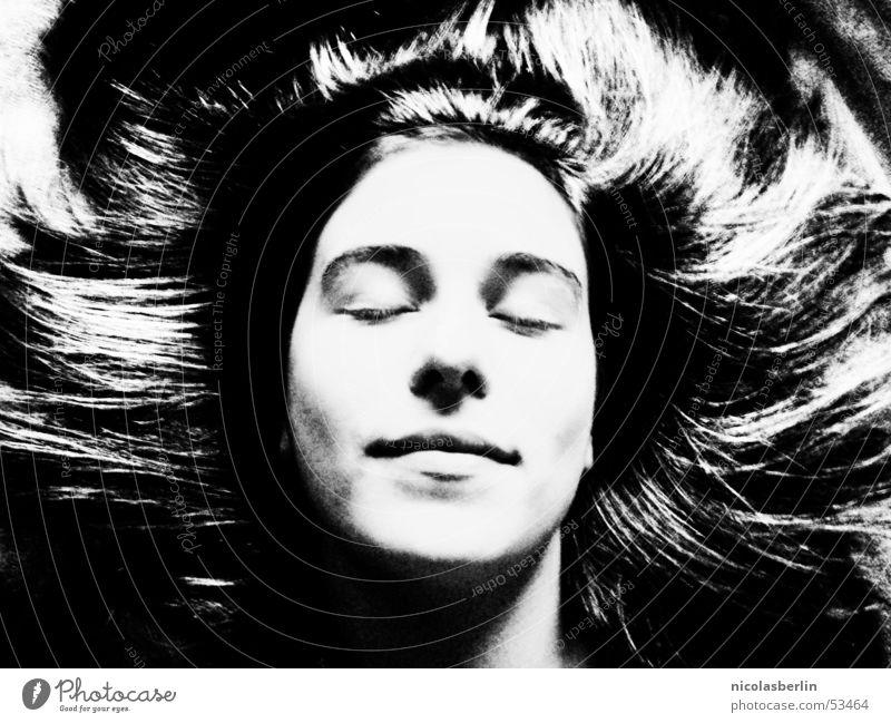 fool for love schwarz weiß schlafen Frau Frieden Schwarzweißfoto schön Gesicht face Haare & Frisuren hair ruhig sleep pretty woman black white Kontrast