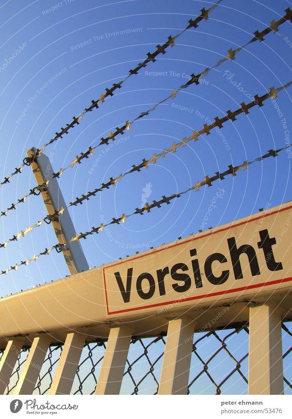 ...ist die Mutter der Porzellankiste weiß blau Schilder & Markierungen Sicherheit Schutz Tor Grenze Hinweisschild Eingang Zaun Barriere Respekt Vorsicht Durchgang Pferch Balken