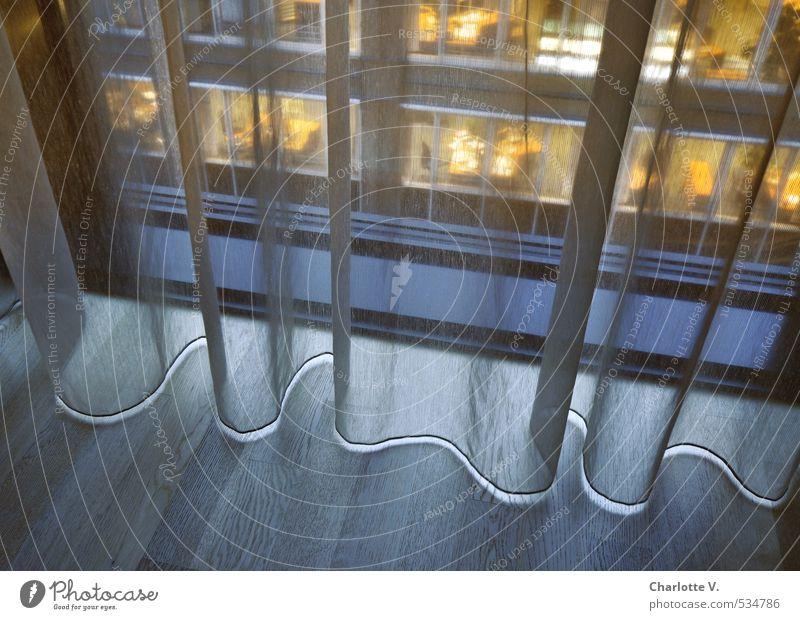 Lichtband blau Stadt gelb kalt Fenster Holz Fassade Hochhaus leuchten Glas modern hoch ästhetisch beobachten Bodenbelag weich