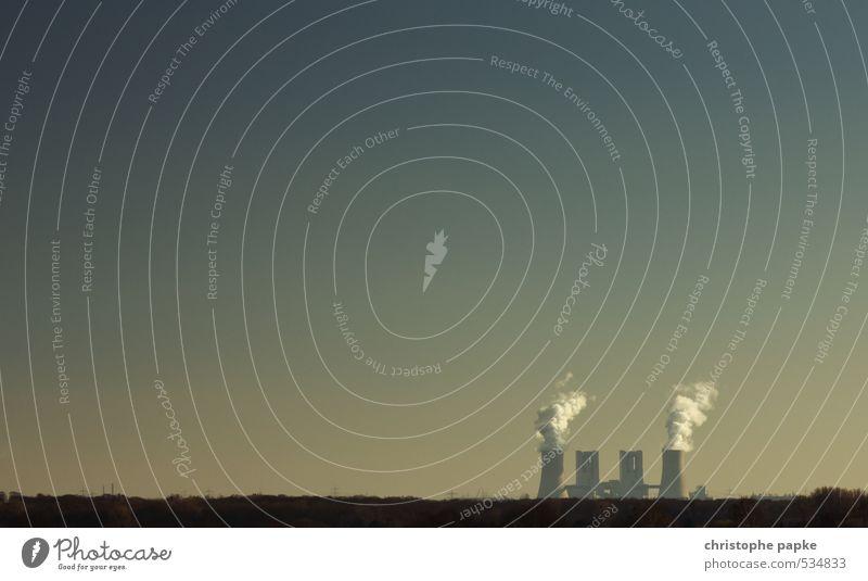Noch weit weg - die Energiewende Industrie Energiewirtschaft Kernkraftwerk Kohlekraftwerk Energiekrise Wolkenloser Himmel Rauchen Umweltverschmutzung