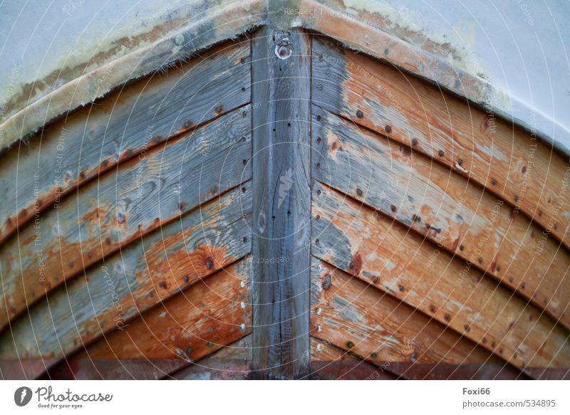Kollisionskurs Freizeit & Hobby Ausflug Freiheit Sommer Güterverkehr & Logistik Schifffahrt Bootsfahrt Fischerboot Ruderboot Schiffsbug Holz Kunststoff alt