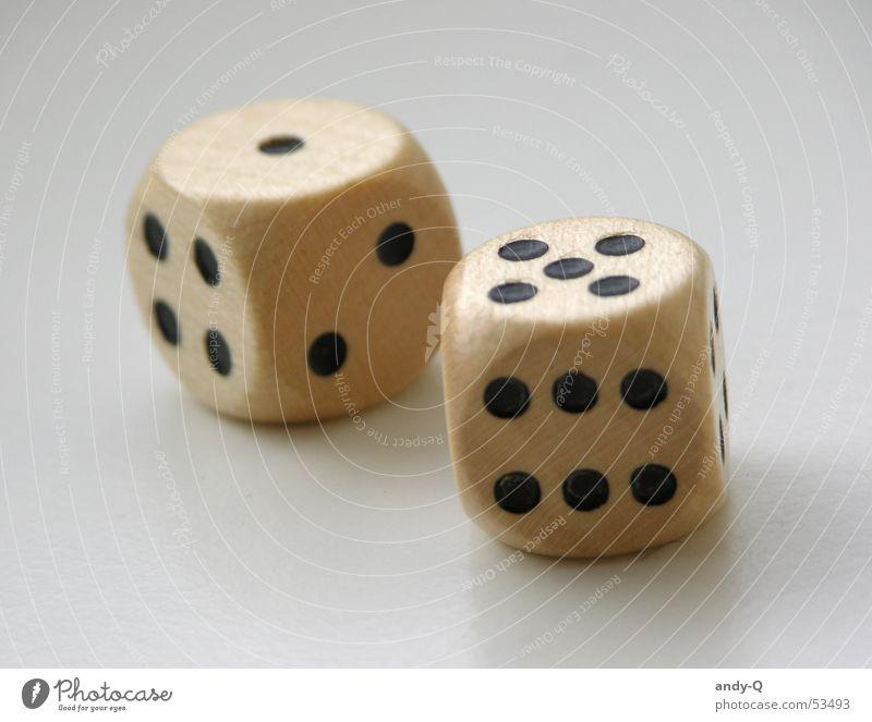 Würfel drehen Ziffern & Zahlen 5 1 verlieren Desaster Spielen Zufall Holz Schicksal Innenaufnahme fallen Rolle werfen Glück glückspiel Makroaufnahme
