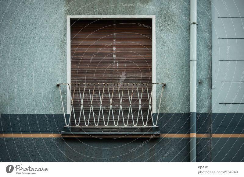 Balkonien Häusliches Leben Wohnung Mauer Wand Fassade Fenster Abflussrohr Jalousie Rollo alt dreckig einfach kalt trist Stadt Müdigkeit Fernweh stagnierend