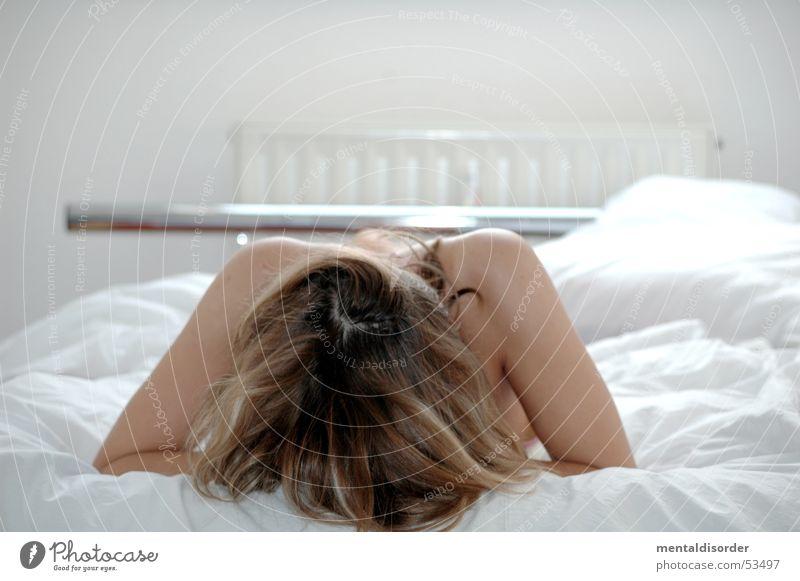 schlafen? Frau weiß Haare & Frisuren Arme Haut warten liegen Bett Körperhaltung Schulter Decke Heizkörper Kissen
