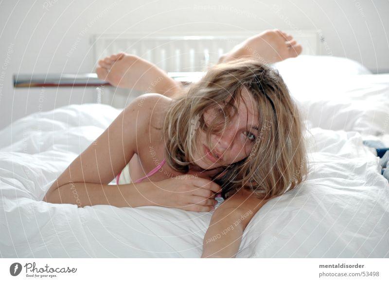 soll ich hier noch lange liegen? Frau Hand weiß Gesicht Auge Erotik Haare & Frisuren Fuß Arme Haut warten Bett Körperhaltung Decke Schulter