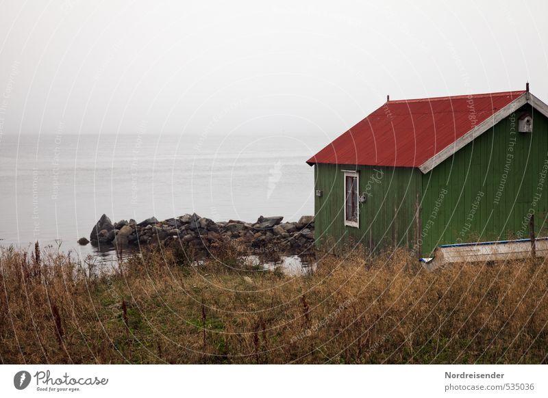Lofoten, bleigraue See ruhig Meditation Tourismus Meer Urelemente schlechtes Wetter Nebel Regen Fischerdorf Haus Hütte Architektur Häusliches Leben dunkel