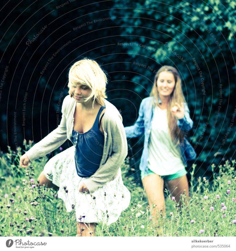 kein Zurück in die Vernunft Mensch Jugendliche grün Sommer Junge Frau 18-30 Jahre Erwachsene Leben lustig lachen Glück natürlich Freundschaft Zusammensein laufen frei