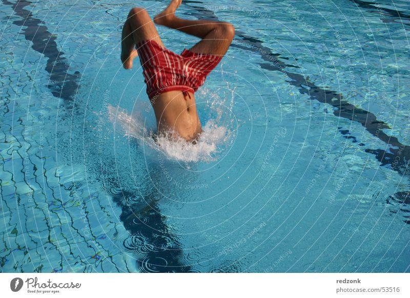 Sprung ins kühle Nass Mann Wasser blau Sommer Freude springen Erwachsene nass Schwimmbad Schwimmen & Baden Erfrischung Kopfsprung