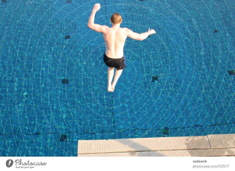 Sprung vom Fünfer Wasser blau Sommer Freude kalt springen nass Schwimmbad Schwimmen & Baden Mut Erfrischung Sprungbrett Freibad Fünfmeterbrett