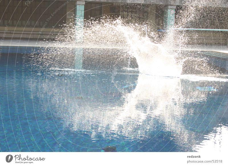 Platsch Sonne blau Sommer Freude kalt nass Schwimmbad spritzen Erfrischung Freibad platschen