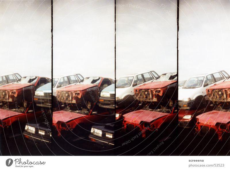 Trash Scapes III kaputt rot weiß schwarz PKW Stapel Himmel Lomografie Schrott Autowrack Schrottplatz schrottreif aufeinander
