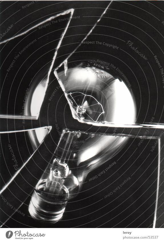 Glühbirne Licht Stillleben kaputt Glas zerbrochene scheiben Zerstörung schwarz-weiß aufnahme mit studiobeleuchtung und fachkamera neg- format: 9x12cm