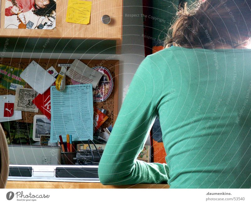 ...am Werk Frau Hand Fenster Haare & Frisuren Arbeit & Erwerbstätigkeit Rücken Tisch Schreibtisch Kreativität Vorhang Schreibstift Zettel Informationstechnologie