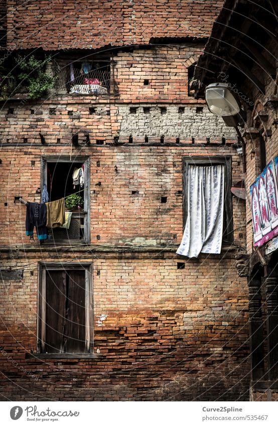 The Face of Kathmandu Nepal Hauptstadt Stadtrand Hochhaus Gebäude Mauer Wand Fenster Armut einfach braun orange Kultur Wohnung Nachbar Stein Steinmauer Vorhang