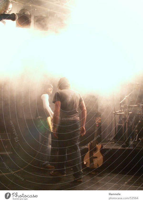 kids in the way Mann Musik 2 Nebel Pause Schnur Rockmusik Gitarre Bühne einrichten Schlagzeug Stimme