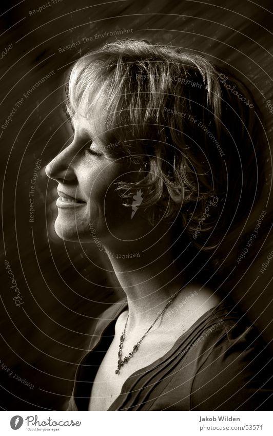 Verträumt Frau dunkel Wärme lachen blond weich Physik nah verträumt