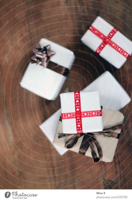 Geschenke Weihnachten & Advent Gefühle Feste & Feiern Stimmung Geburtstag viele Stapel Vorfreude Verpackung Schleife Paket Holztisch schenken Weihnachtsgeschenk