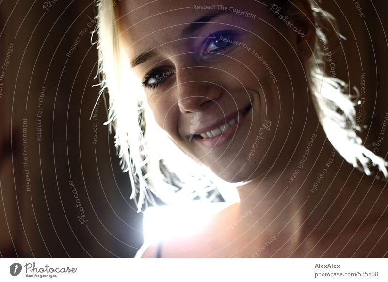 grün-braun, nicht blau Junge Frau Jugendliche Grübchen 18-30 Jahre Erwachsene Trägershirt blond langhaarig Scheinwerfer Lächeln lachen Blick ästhetisch