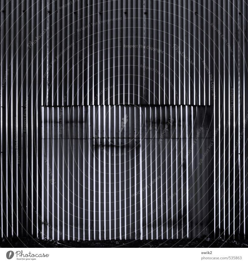 Wellblech blau weiß schwarz grau Fassade leuchten groß geschlossen einfach Textfreiraum Tor eckig Bildausschnitt Lagerhalle parallel stagnierend