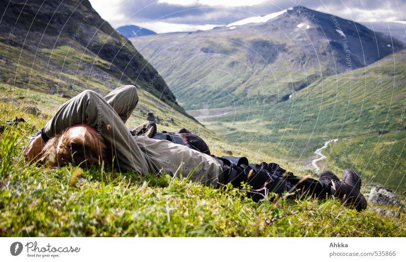 nicht mehr sehen können Junger Mann Jugendliche Leben 1 Mensch Natur Landschaft Wiese Berge u. Gebirge schlafen Stimmung Traurigkeit Sorge Liebeskummer