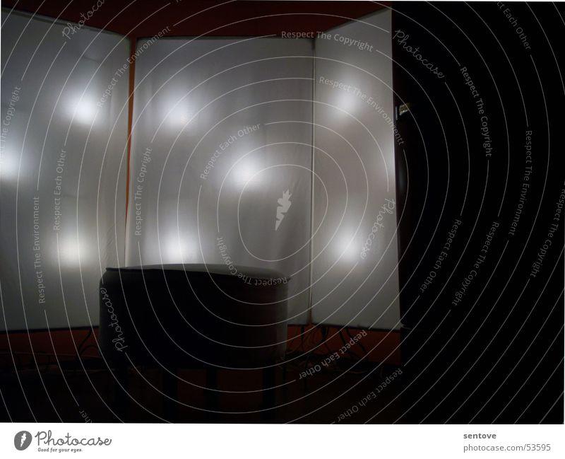light up the dark Licht dunkel Hocker Sessel Lampe Glühbirne Stoff Beleuchtung punktuell weiß schwarz Wand Mauer mystisch Innenaufnahme Langzeitbelichtung