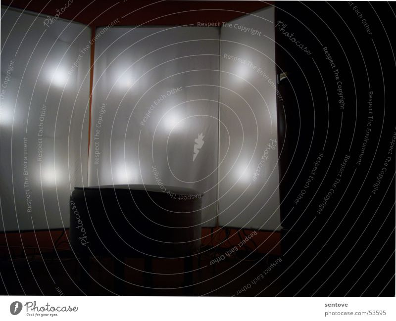 light up the dark weiß schwarz Lampe dunkel Wand Mauer hell Beleuchtung Stuhl Punkt Stoff Sitzgelegenheit Glühbirne mystisch Sessel Hocker