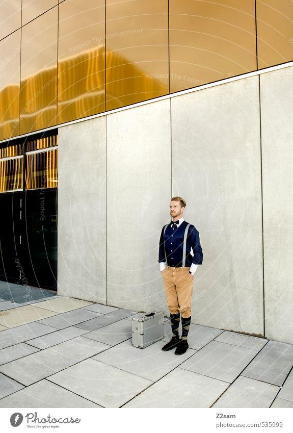 bestellt und ....... Jugendliche blau Stadt Haus 18-30 Jahre Junger Mann Erwachsene Architektur Stil braun Fassade maskulin elegant gold Lifestyle blond