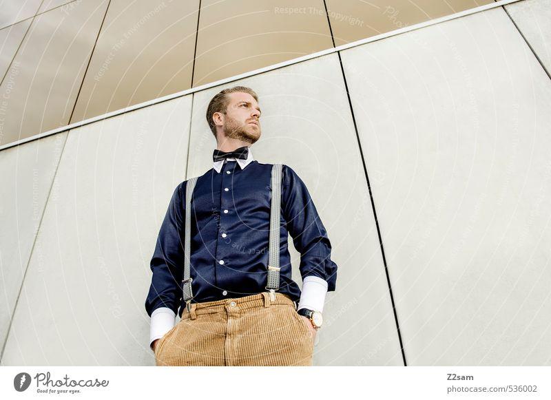 Geschüttelt, nicht gerührt! Jugendliche Junger Mann 18-30 Jahre Erwachsene Architektur Gebäude Stil Mode Kraft elegant blond Lifestyle Design Perspektive Coolness retro