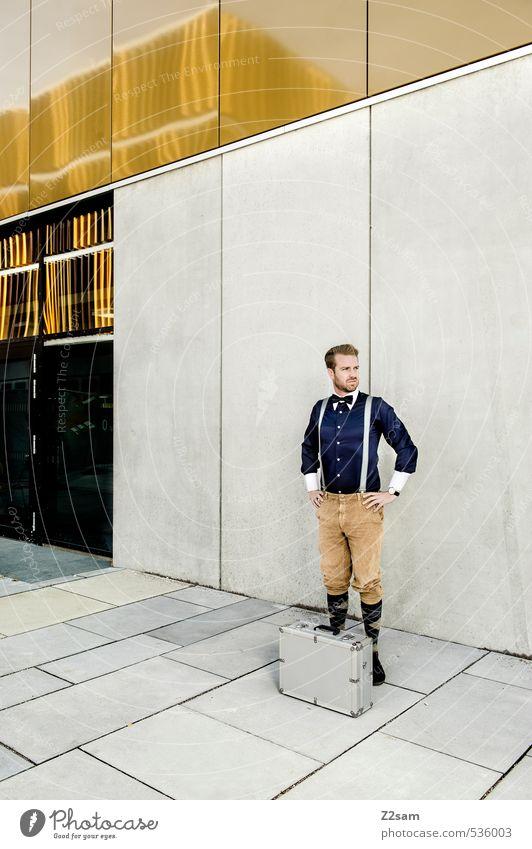 on tour! Lifestyle elegant Stil maskulin Junger Mann Jugendliche 30-45 Jahre Erwachsene Stadtzentrum Haus Platz Bauwerk Architektur Mauer Wand Mode Hemd