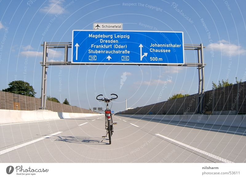 A113 Fahrrad Autobahn Verkehr Straßennamenschild Fahrbahn Fahrbahnmarkierung Berlin