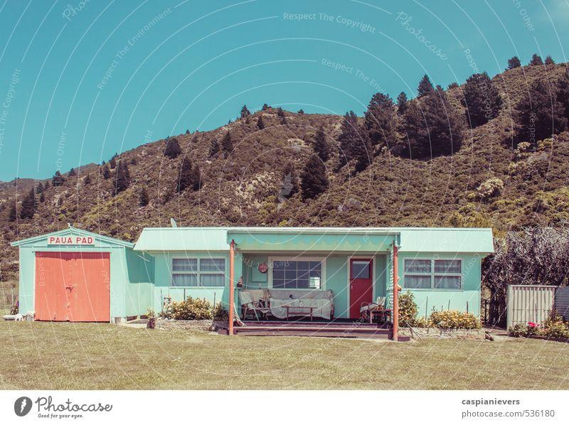 Haus unter den Hügeln Ferien & Urlaub & Reisen Freiheit Sommer Häusliches Leben Schönes Wetter Baum Gras Sträucher Garten Neuseeland Hütte Tür Garage Holz alt
