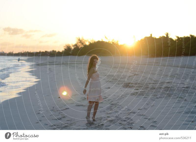 Komm mit mir mit feminin 1 Mensch Sand Sonne Sonnenaufgang Sonnenuntergang Küste Meer Kleid Leben Aufruf Anruf mit mir gehen Farbfoto Außenaufnahme Morgen Licht