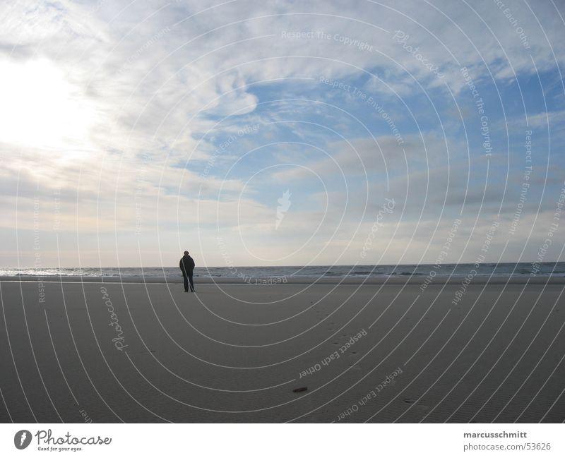 Mann am Strand Wasser Himmel Meer ruhig Wolken Einsamkeit Sand Insel Amrum