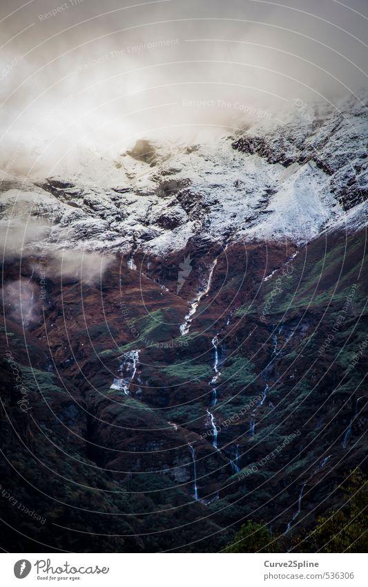 Lebensader Natur Wasser Wolken dunkel kalt Berge u. Gebirge Schnee Kraft Nebel Energie Beginn Urelemente Gipfel Schneebedeckte Gipfel Bach Wasserfall