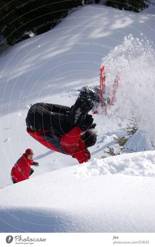 ab in den schnee! weiß Sonne rot schwarz Schnee springen Schuhe Salto Überschlag Schneeschuhe