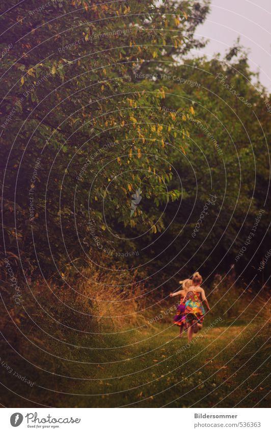 let's explore a thousand imaginary worlds Mensch feminin Kind Mädchen Geschwister Schwester Kindheit 2 3-8 Jahre Natur Pflanze Wiese Wald laufen rennen Spielen