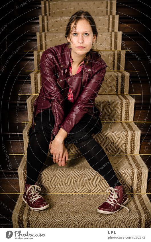 Junge frau auf einer Treppe : Schloss Annaberg Körper Wohnung ausgehen Mensch feminin Junge Frau Jugendliche Schwester 1 18-30 Jahre Erwachsene sitzen trendy