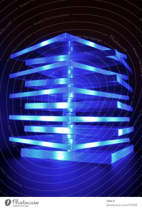 ... es leuchtet blau. blau Farbe dunkel Lampe Dekoration & Verzierung türkis Glühbirne zyan Lichtschein leuchtende Farben Möbelkaufhaus