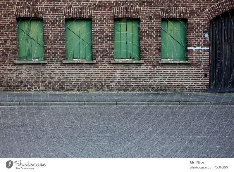 Irgendwo alt grün Einsamkeit ruhig Haus Fenster Wand Straße Mauer Architektur Gebäude Fassade Tür trist geschlossen Asphalt