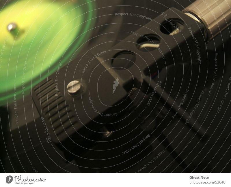 TurnTableRocker Schallplatte Plattenspieler Diskjockey schwarz grün Tonabnehmer Musik 33 rpm turntable Makroaufnahme Plattenteller