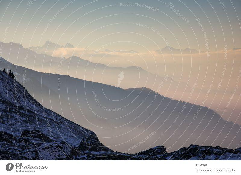 mehrschichtige Bergwelt Himmel Natur Landschaft dunkel kalt Berge u. Gebirge Schnee Herbst grau Felsen Horizont Stimmung Eis rosa Nebel ästhetisch