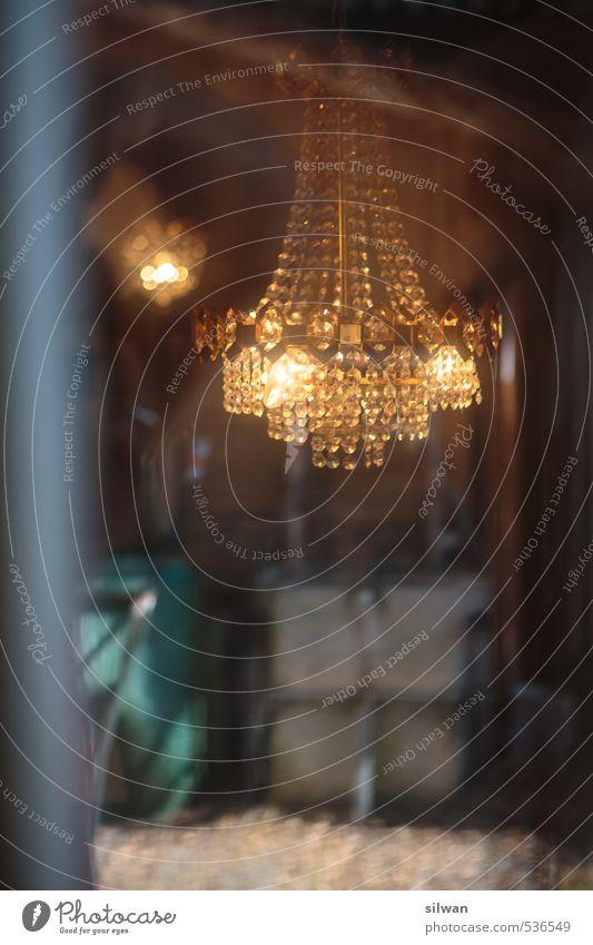 Kronleuchter ... Lampe Leuchter Königlich Glas Neugier Einsamkeit Schloss Autofenster Beleuchtung geheimnisvoll Unschärfe nobel Kostbarkeit Gitterstab