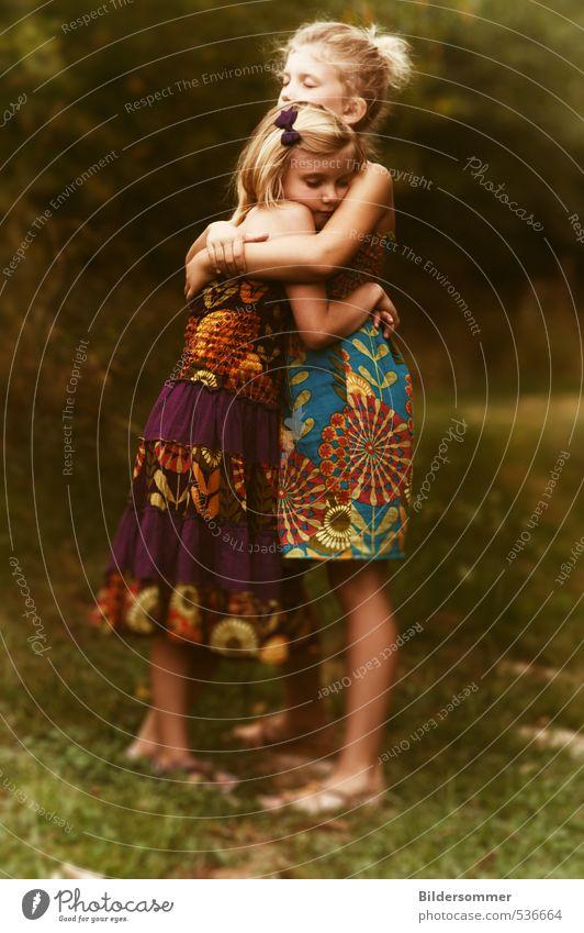 of sharing laughter and wiping tears Mensch Kind blau grün Sommer Mädchen Wiese feminin Gras natürlich träumen Freundschaft Zusammensein blond Kindheit stehen