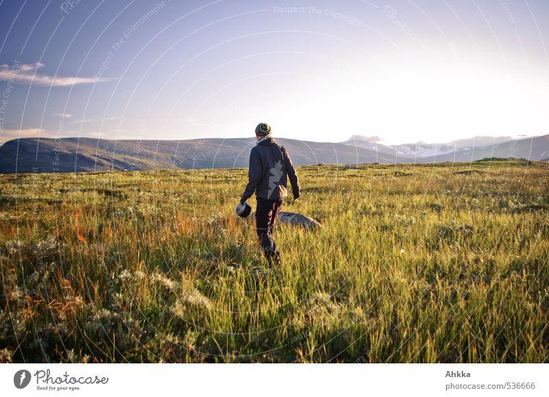 looking for water Himmel Natur Ferien & Urlaub & Reisen Jugendliche Einsamkeit Landschaft Ferne Junger Mann Berge u. Gebirge Leben Wiese Wege & Pfade Glück